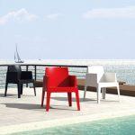 drie-stooelen-wit-rood-zwart